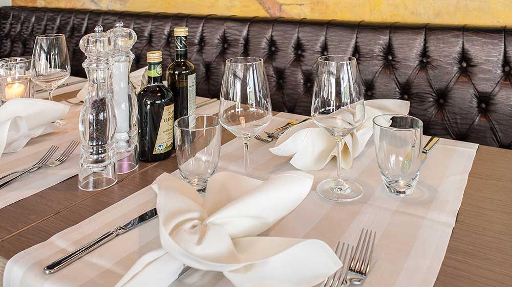Decktes Tisch mit Weingläser
