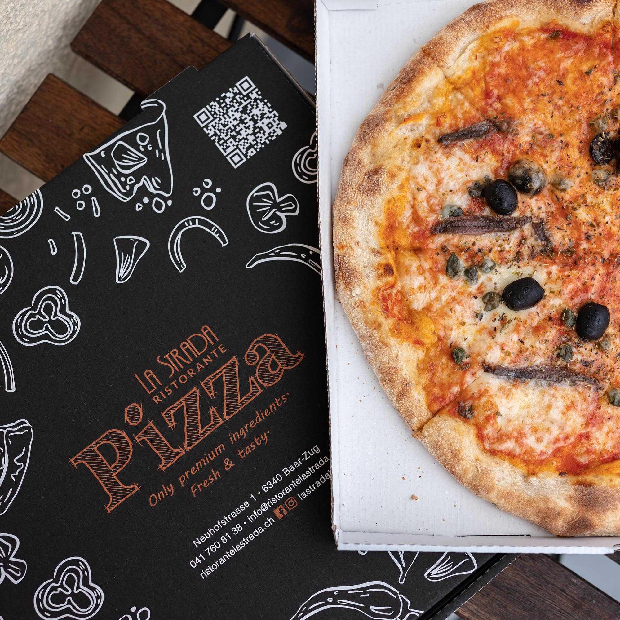 La Strada Pizza Schachtel mit einer offenen Pizza.